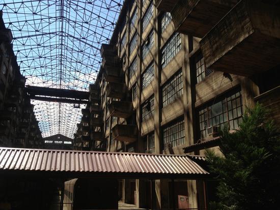 Brückenkran im Atrium