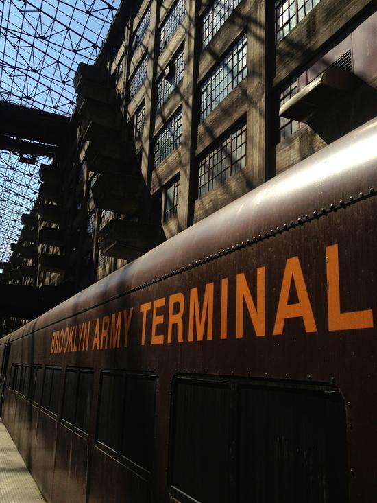 Zug der historischen Bahnlinie des BAT