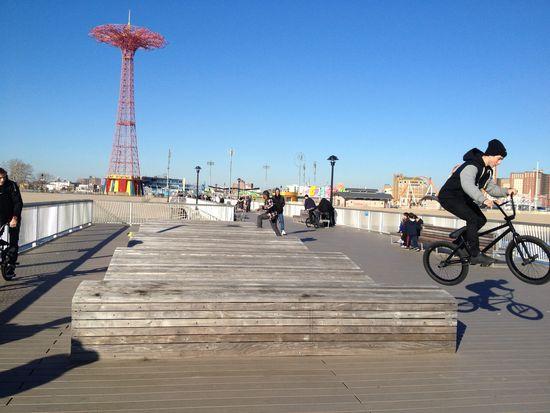 Fahrrad Extremsport auf dem Pier