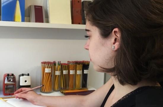 Caroline Weaver schreibt mit Bleistift