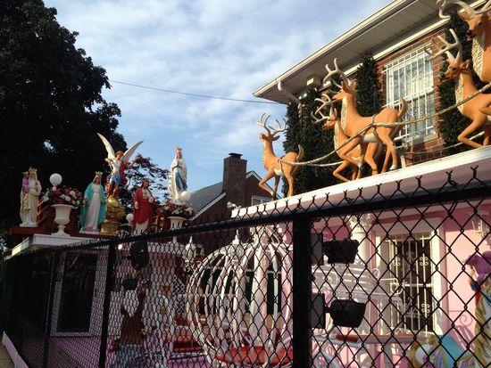 Bronx Christmas House im Sommer