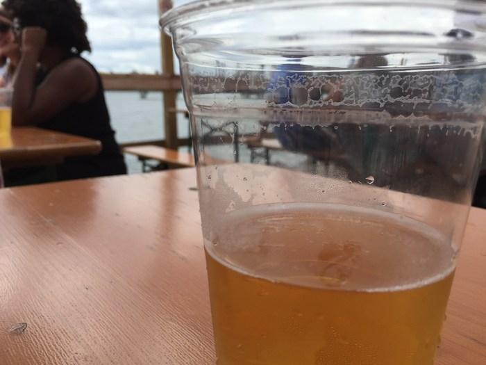 Bier auf der Brooklyn Barge in Greenpoint