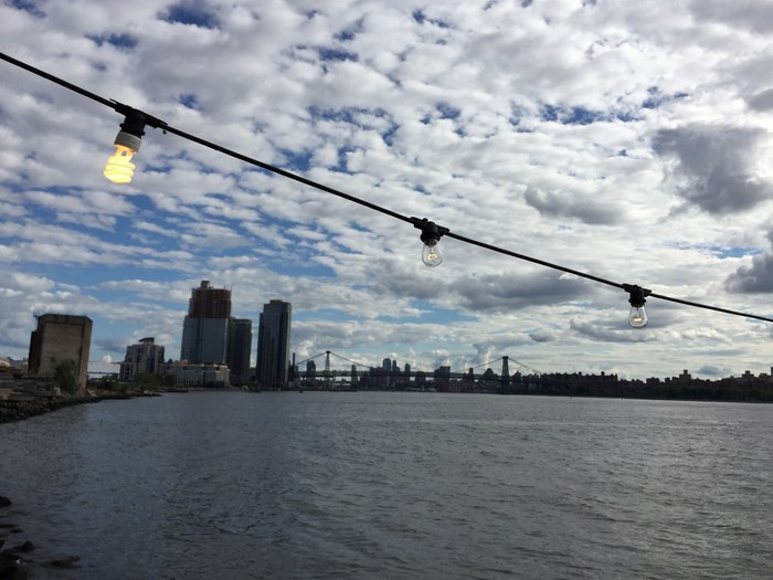 Williamsburg Bridge vom East River aus