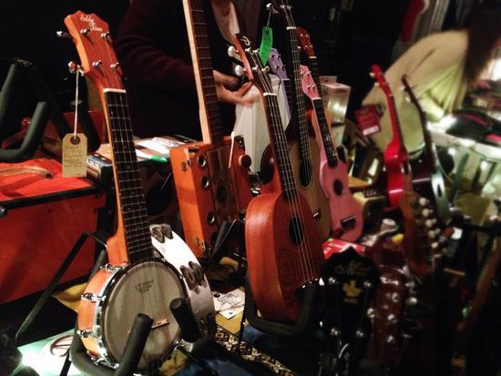 Musikinstrumente: Nachtmarkt in Greenpoint