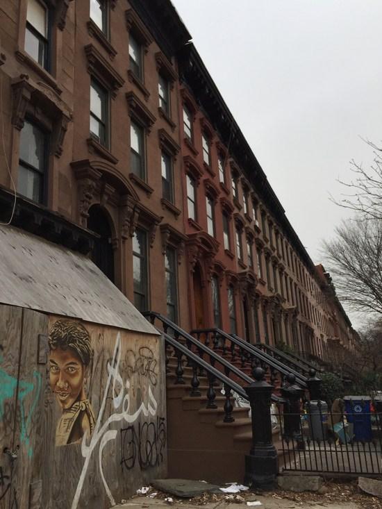 Brownstone Brooklyn mit Streetart