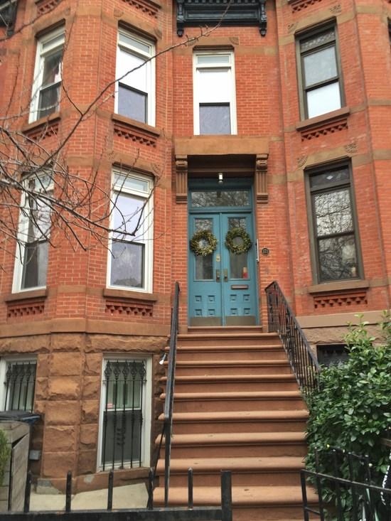 Ziegel und Brownstone-Fassade