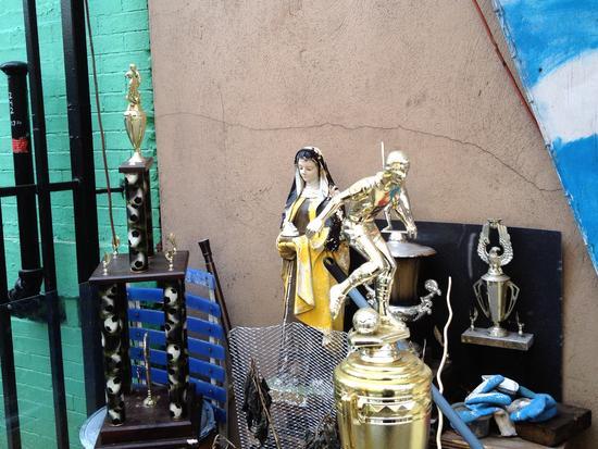 Fußball-Trophäen am Virgen del Carmen Protegenos-Schrein