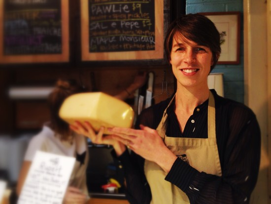 Anne Saxelby mit Käse