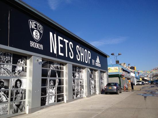 Neue und alte Läden in Coney Island