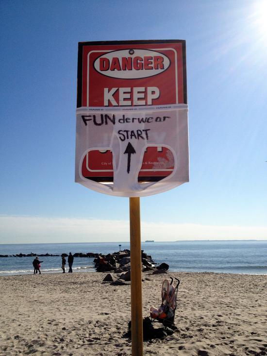 Warnschild in Coney Island - mit Unterhose!