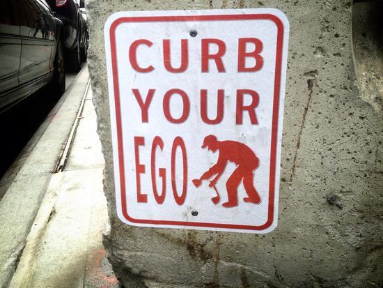 Schild in New York: Halt dein Ego im Zaum!