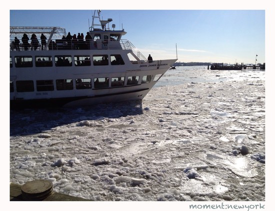 East River Eis mit Tourboot