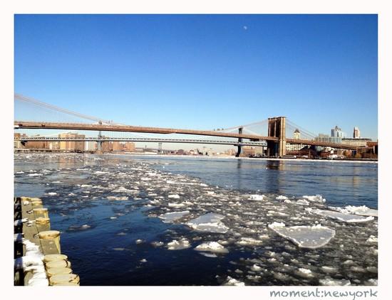 East River-Eisschollen: Blick auf die Brooklyn Bridge