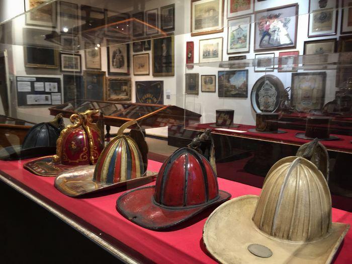 Historische Feuerwehrhelme in NYC