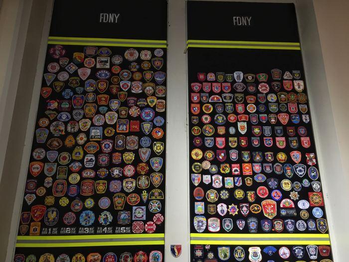 Feuerwehrabzeichen im New Yorker Feuerwehrmuseum