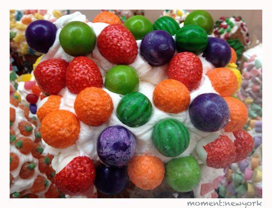 bunte Süßigkeiten in Zuckerschnee
