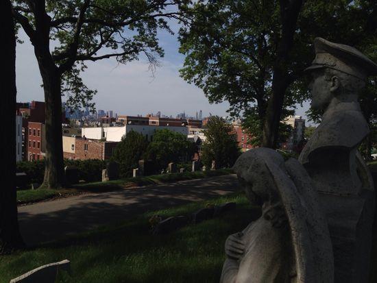Grab in Brooklyn mit Skyline