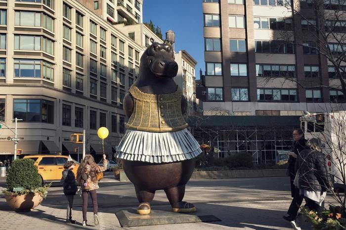 Große Tiere in New York: Hippo Ballerina von Björn Okholm Skaarup