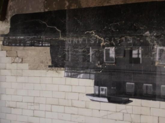 Wer die Kontrollen in Ellis Island gemeistert hatte (oder vom Krankenhauspersonal gesund gepflegt worden war), fuhr mit dieser Fähre nach Manhattan. JR stellt sie auf den Kopf.