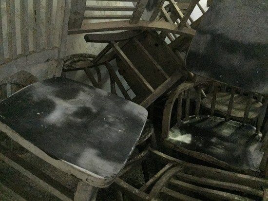 Kopf auf Stuhl - Ghosts of Ellis Island