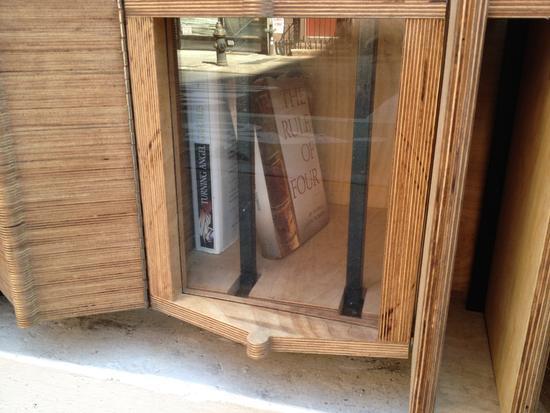 Bücher hinter Plexiglas?