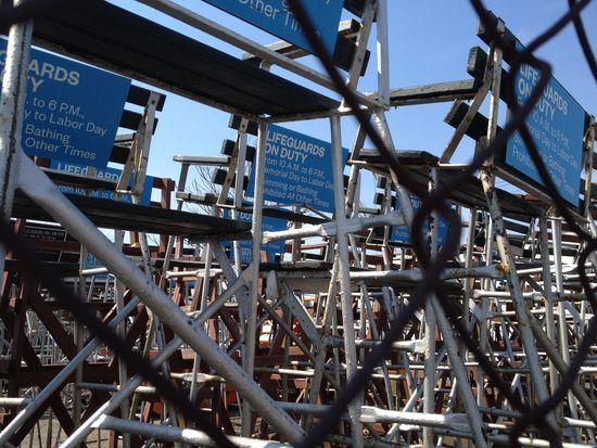 Rockaway vor dem Sommer: Lager von Rettungsschwimmer-Hochsitzen
