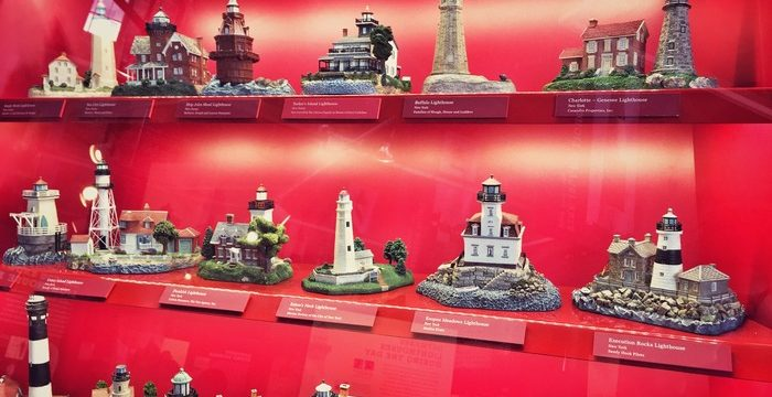 Miniatur-Leuchttürme in der Wall of Lights-Ausstellung in New York