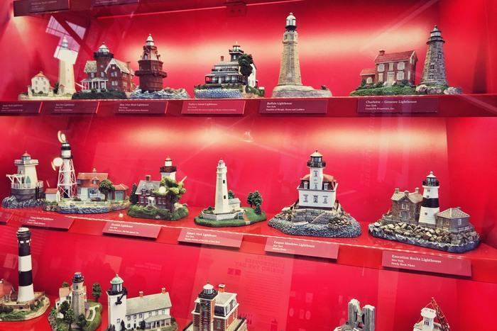 Miniatur-Leuchttürme in der Wall of Lights-Ausstellung in New York