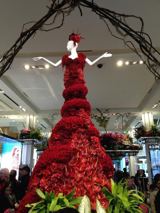 Ballkleid aus lauter roten Blüten bei der Macy's Flower Show 2014