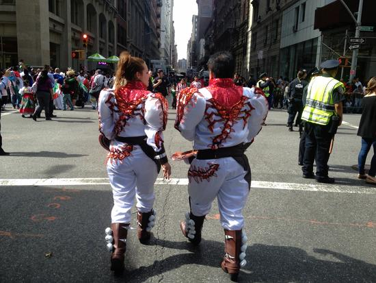 Traditionelle Trachten laufen Parade