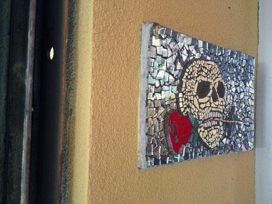 Totenkopf-Mosaik am St Marks Place