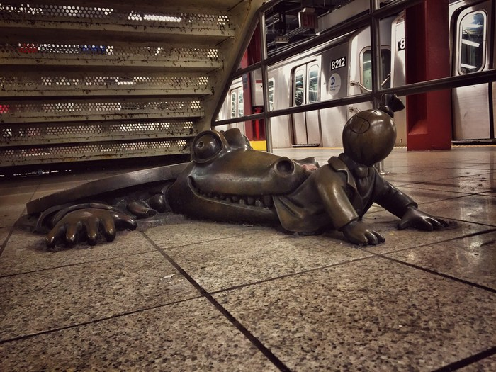 Gullikrokodil von Tom Otterness New York
