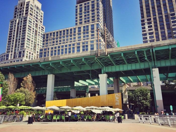 Pier i Cafe am Riverside Park