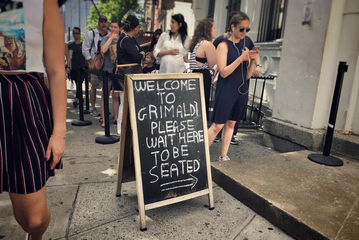 Schlange vor Grimaldi's Pizza in Brooklyn