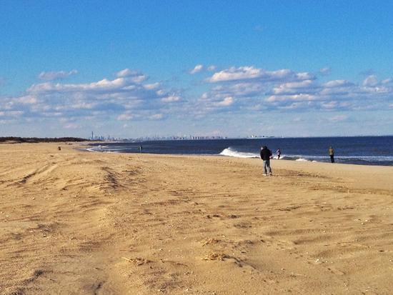 Strand von Sandy Hook mit Blick auf New York