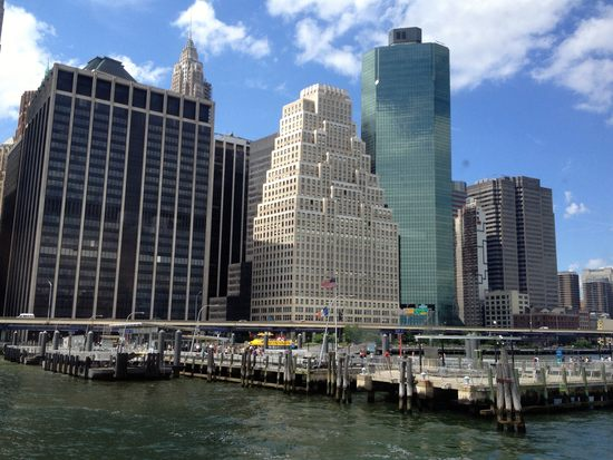 Pier 11 Ferry Station und Skyline