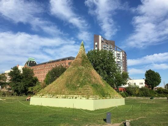 eine gras pyramide in new york da war agnes denes am werk moment new york. Black Bedroom Furniture Sets. Home Design Ideas