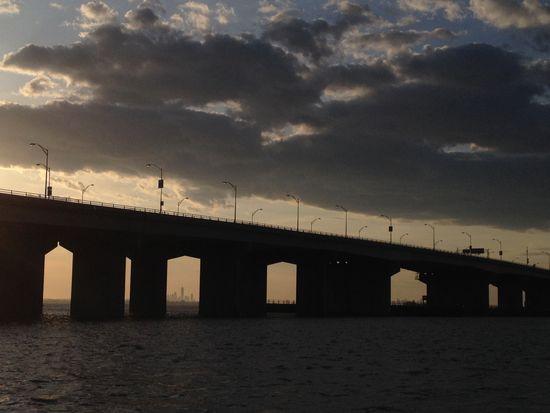 Brücke nach Rockaway Queens mit Skyline