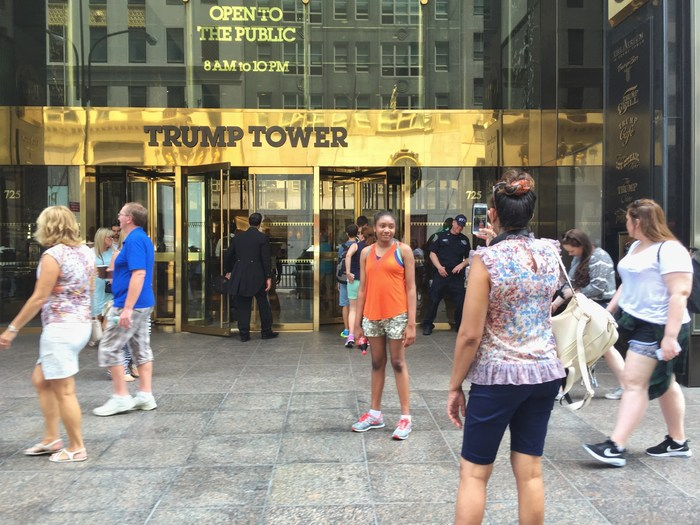 Touristen vor dem Trump Tower in New York