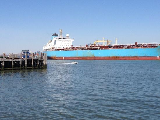 Containerschiff im New Yorker Hafen